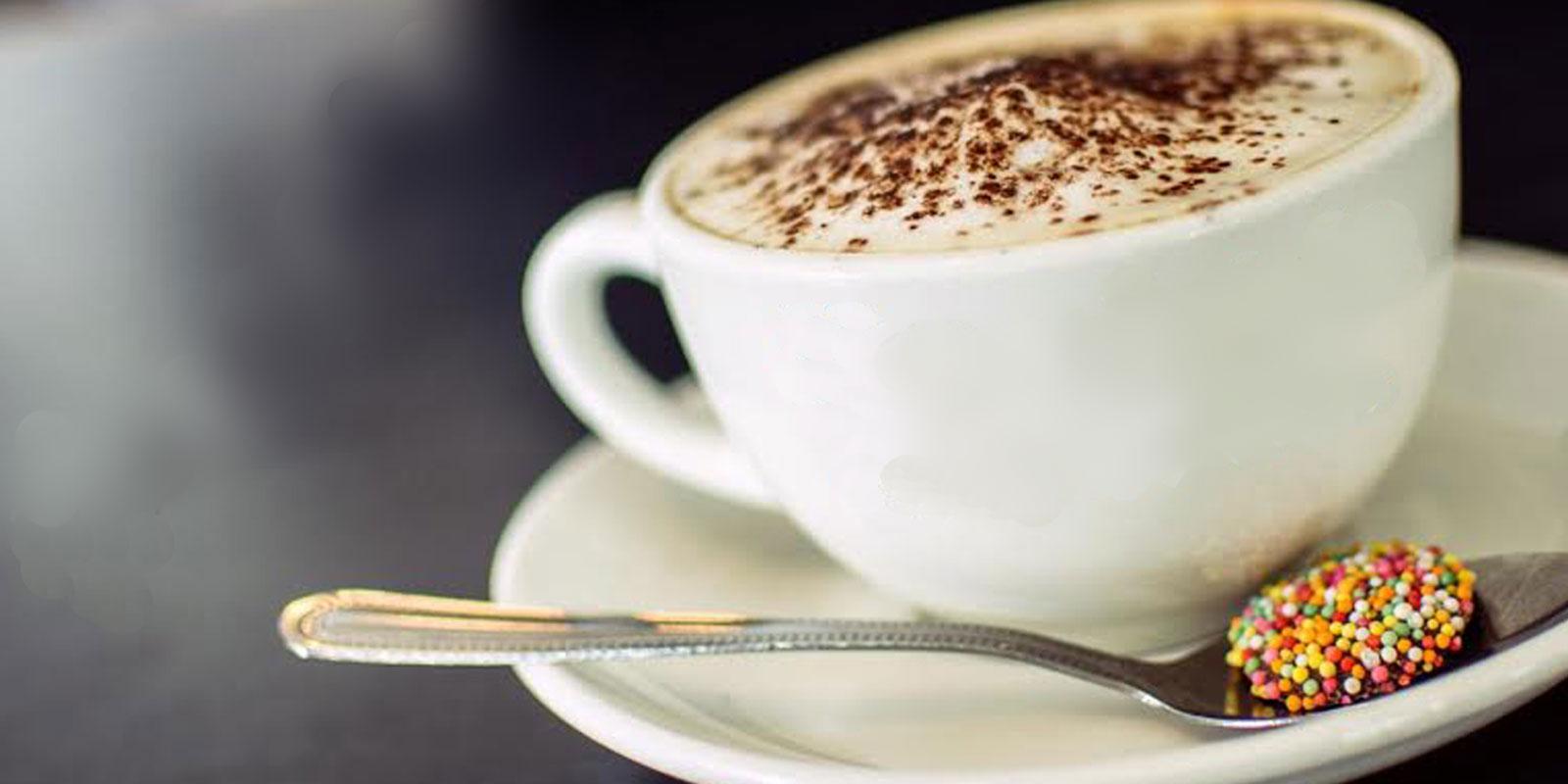 Das Symbol des Frauenfrühstücks: die Capuccino-Tasse mit dem Teelöffel voller bunter Kügelchen.