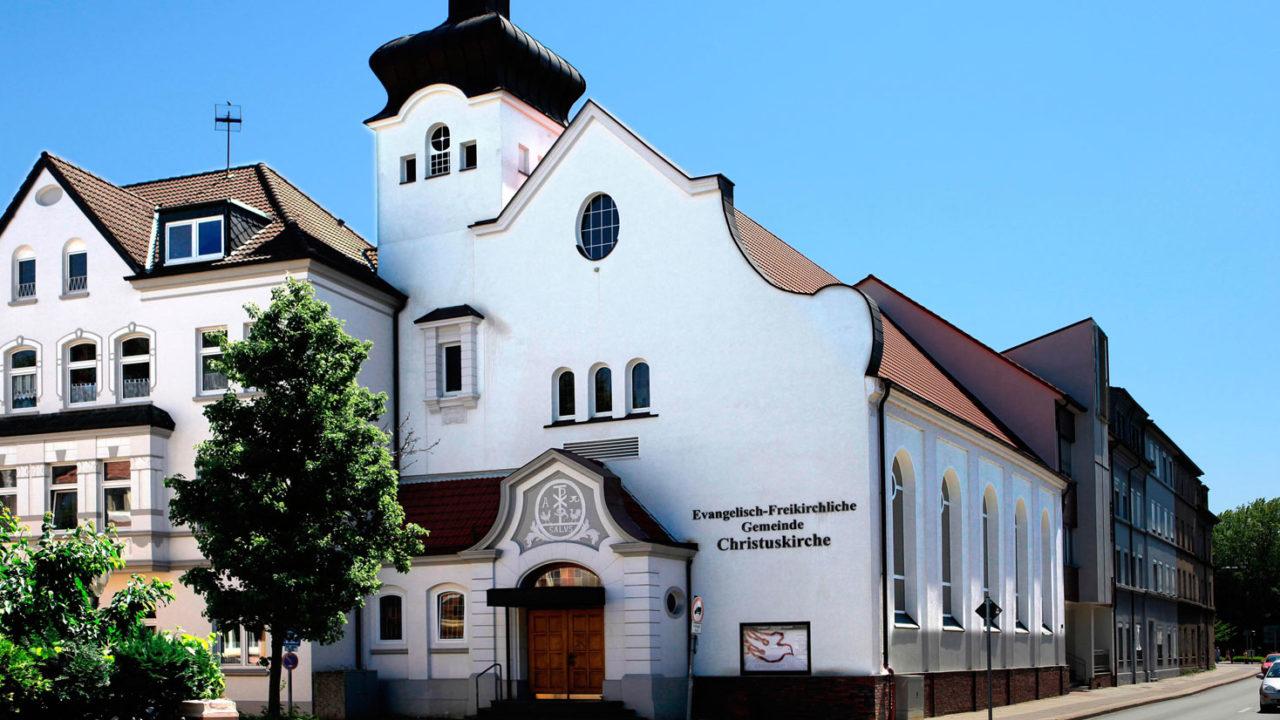Unsere Kirche an der Ecke Westring / Manteuffelstraße. Auch das Wohnhaus links gehört unserer Gemeinde. Der hintere Trakt am Westring wurde vor einigen Jahren hinzugefügt.