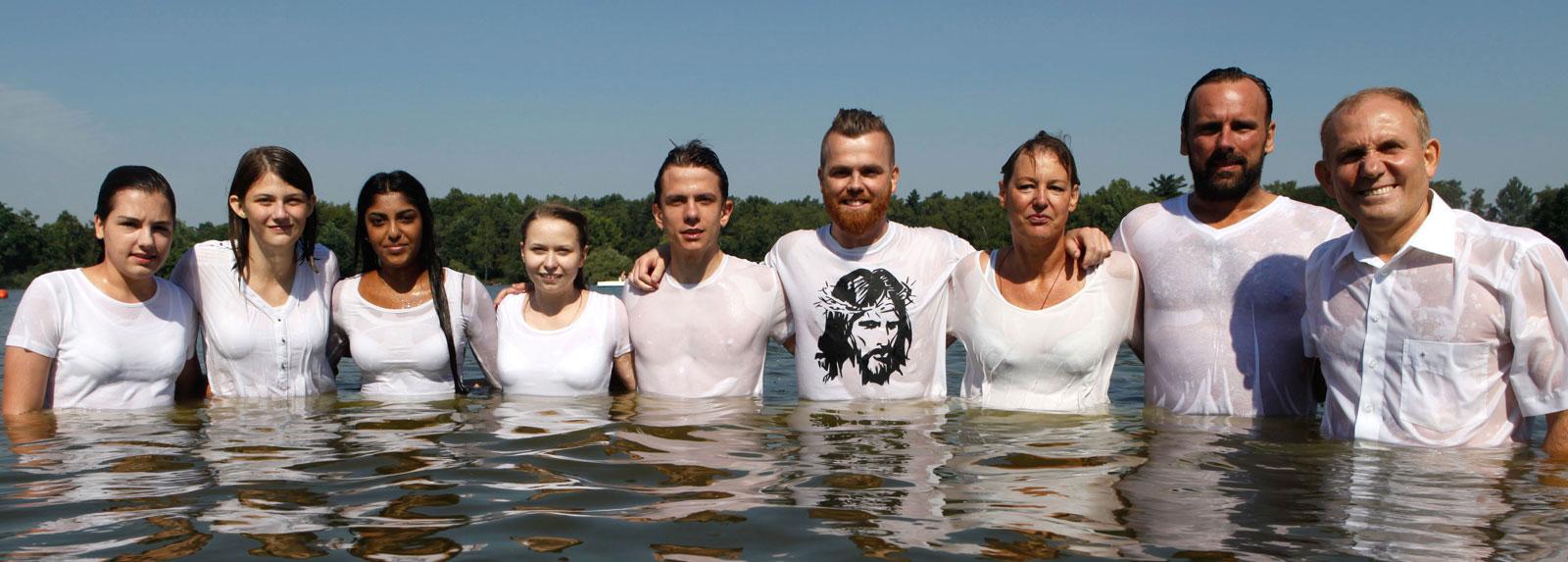 Die sieben Täuflinge nebst Pastor Alexander Zeeb (r.) und Jugendreferent Jakob Grundmann (4.v.r.) im Dülmener See nach vollzogener Taufe. © Horst Martens