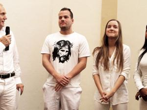 Pastor Alexander Zeeb mit Jens Schüppen, Melanie Zeeb und Jenny Sutheswaran. © Martens