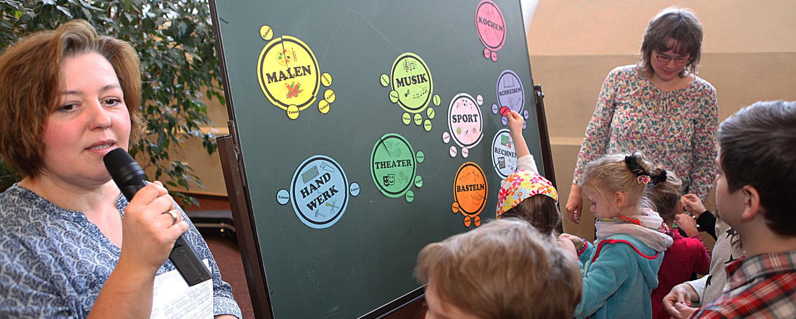 Bei dem Spiel mit Susanne Kadelka und Annegret Muchalla sollten die Kinder herausfinden, in welchem Bereich ihre Talente zu finden sind.