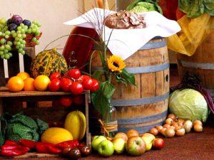 Der mit Früchten überhäufte Altar aus dem Vorjahr.