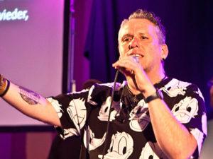 Danny Plett schuf mit seinen Liedern und kurzen Vorträgen eine tolle Stimmung. © Martens