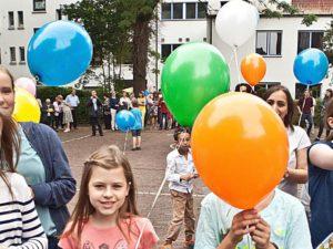 Kurz vor dem Countdown: Kinder versammeln sich mit den Luftballonen auf dem Hof. © Horst Martens