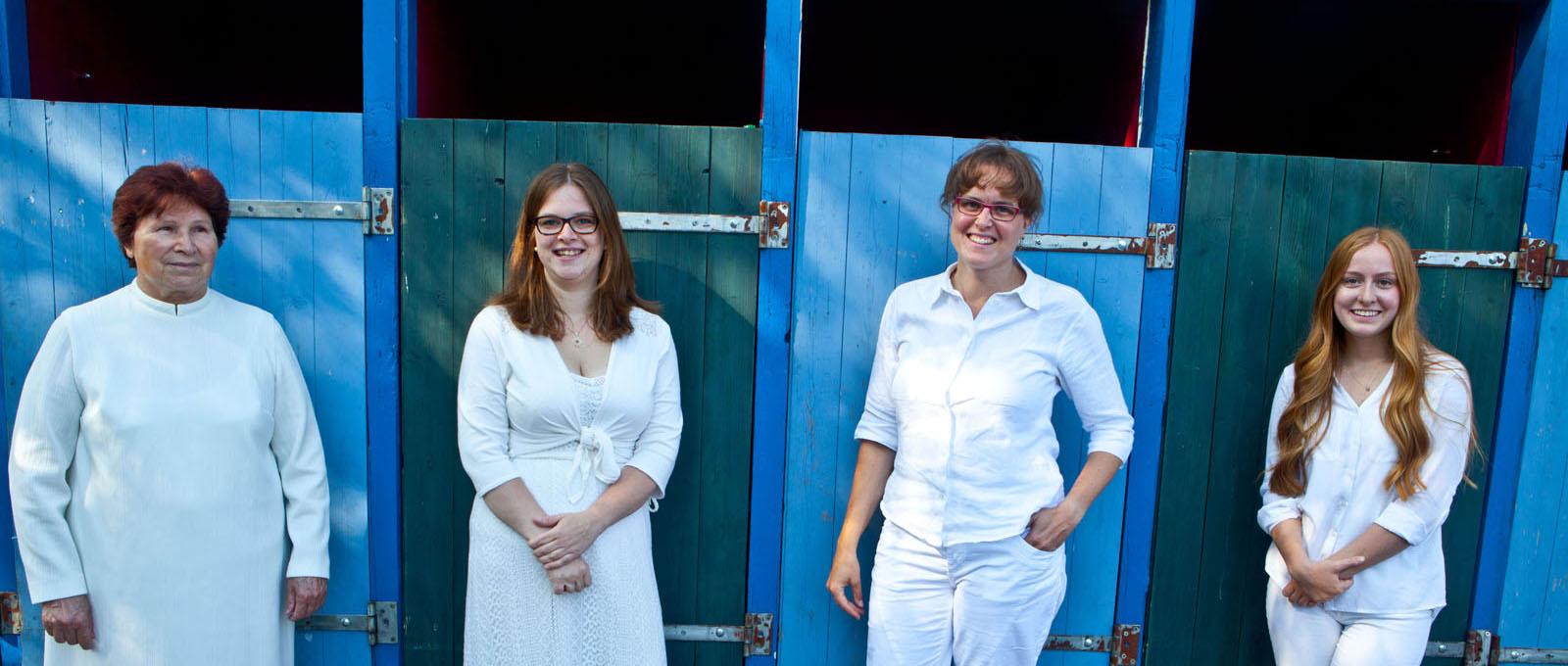 Die Täuflinge vor der Umkleidekabine: Maria Ehrlich, Carina Niehaus, Annegret Muchalla und Annsophie Zeeb. ©Martens