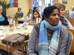 Mit Spannung verfolgen die Frauen nach dem Frühstück den inspirierenden Vortrag von Rita Münch. ©Hanna Tielmann