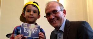 Tony mit seiner Karte aus Warburg und Pastor Zeeb.