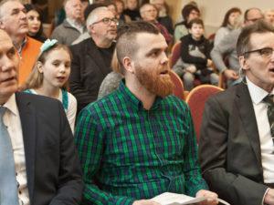 Gehen auf dem Weg vorneweg: Pastor Alexander Zeeb, Jugendpastor Jakob Grundmann, Pastor Heddo Knieper. ©Martens