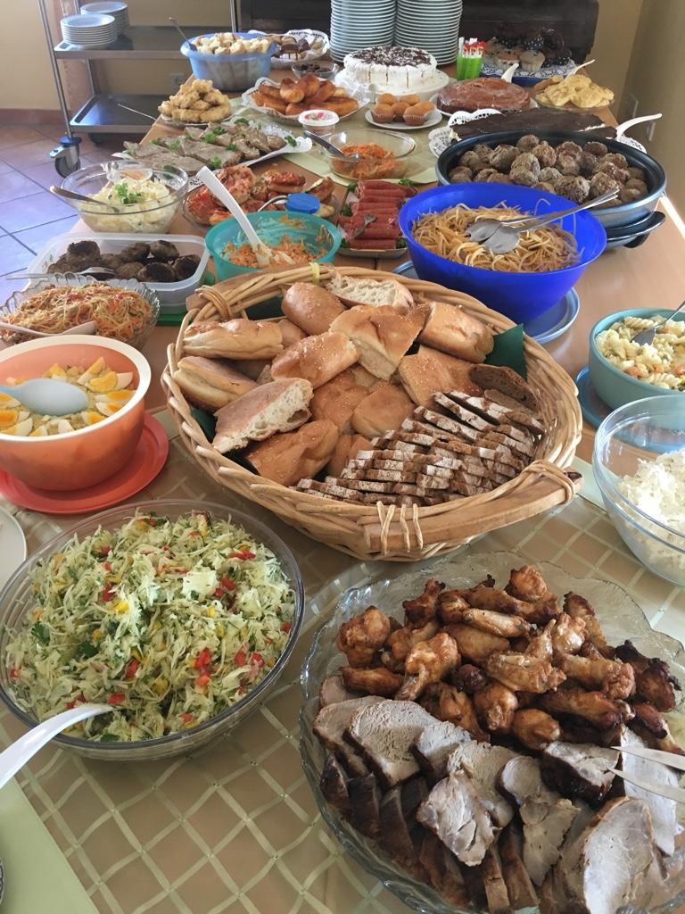"""Opulentes Mittagsmahl bei """"Bring & Share""""."""