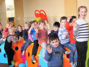 Die Kinder nehmen die jüngste Anschaffung in Besitz - den Krabbelwurm.
