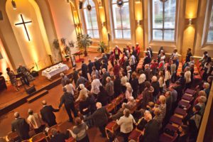 Alle fassen sich bei einem Lied bei der Hand, um die Einheit zu unterstreichen.